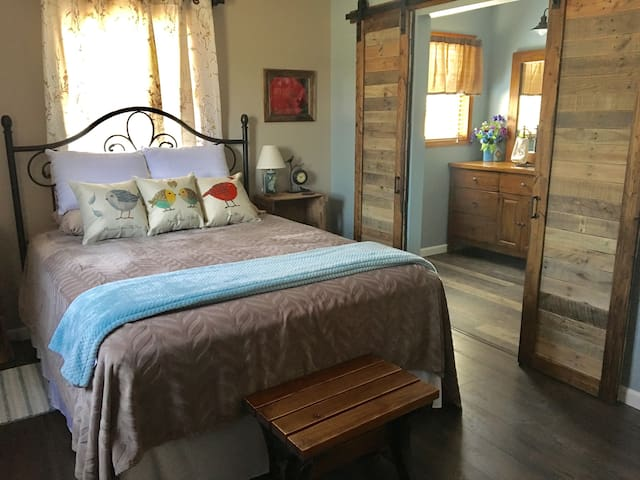 Birds and Blooms - Big Country Bed & Breakfast