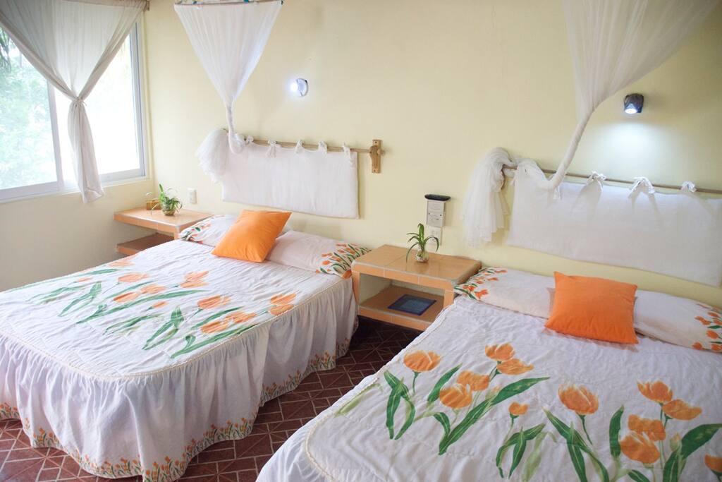 La cabaña cuenta con dos camas matrimoniales.