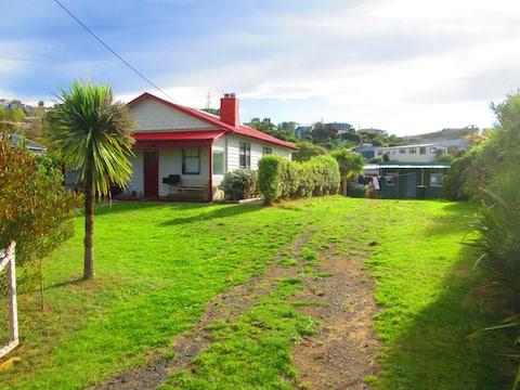 Kiwiana cottage opposite beautiful beach