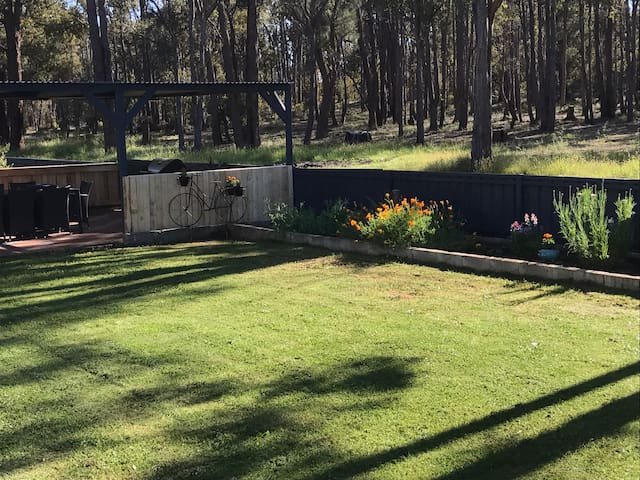 Cuddly animal farm in Perth hills - Chidlow - House