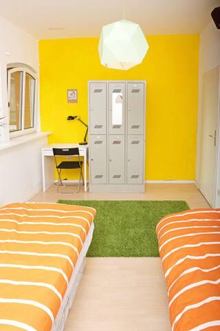 Super zentrales, 2 Bett Zimmer in Altbau Remise - Berlin - Rumah