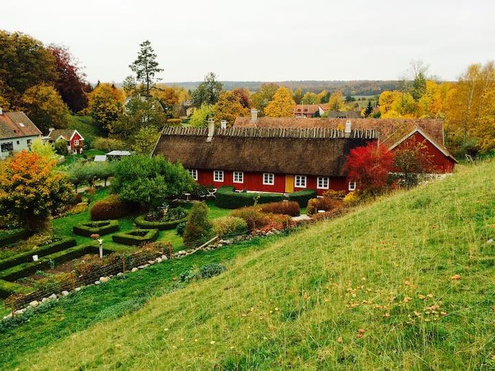 Eget boende i idyllisk skånegård i Brösarp