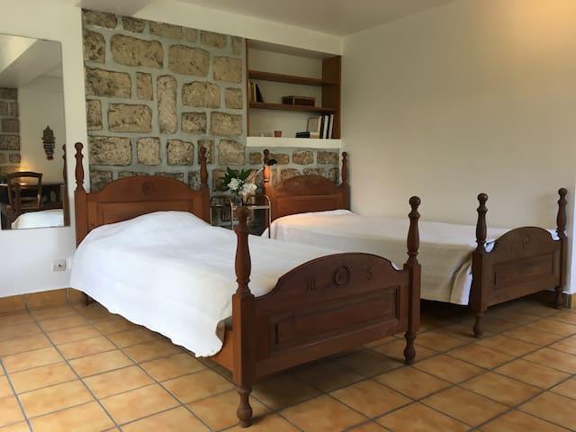 petit studio meubl avec entr e priv e appartements louer versailles le de france france. Black Bedroom Furniture Sets. Home Design Ideas