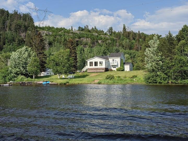 Superbe maison rustique-chic sur le bord de l'eau