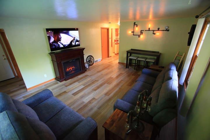 Spacious, 2 bedroom duplex, 5 blocks to Lambeau
