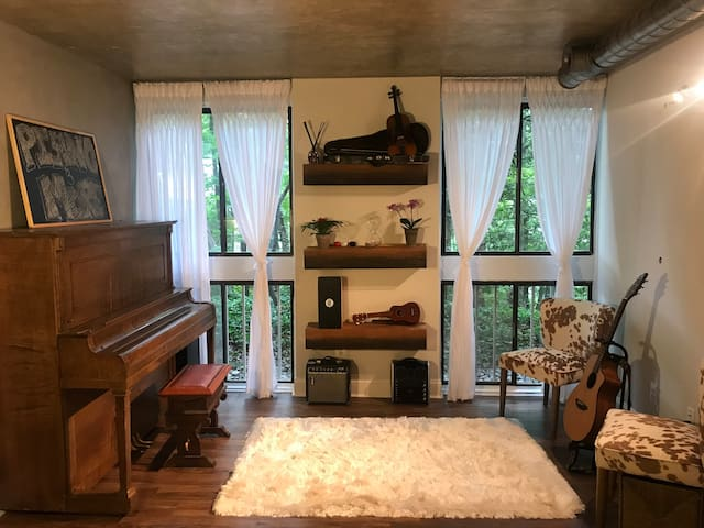 Musical Lakeview Condo 20 Min from Dulles/Tysons