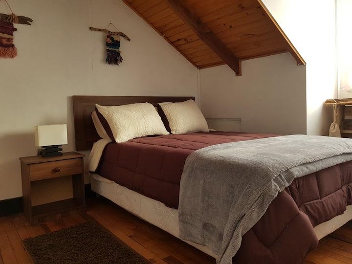 Dormitorio y baño privado en hermosa casa.