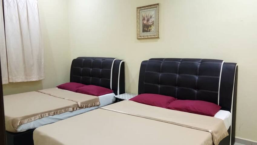 room no 1 equip with 2 queen bed & air conditioning.