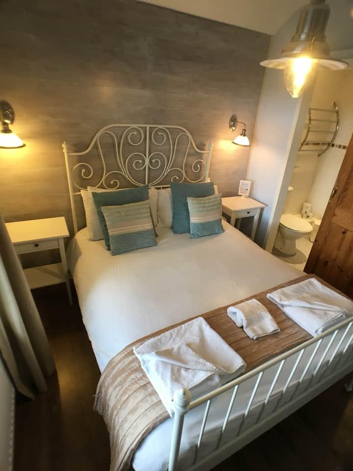 TyRosa B&B, double en-suite room, breakfast £6.95