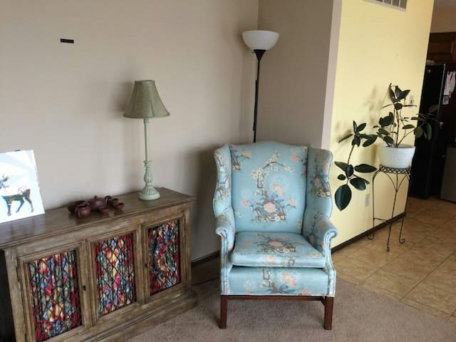 Bright Upstairs Bedroom - Columbia - Ev