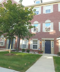 Spacious condo w/garage, minutes from everything! - Taylor - Appartement