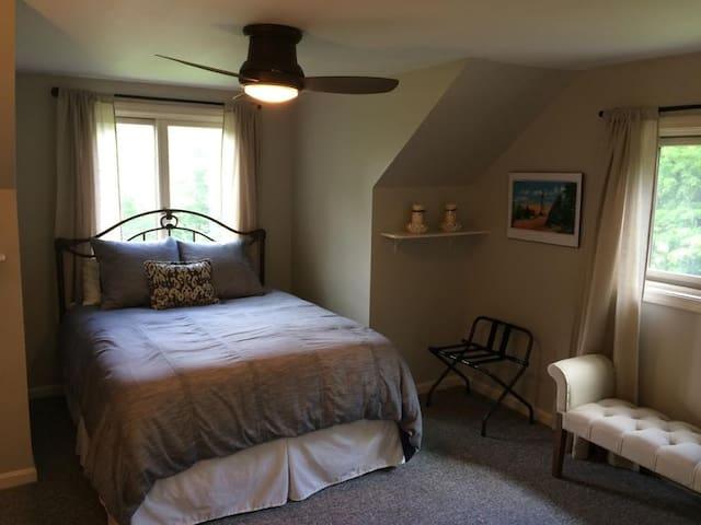 Greylock Room/Queen bed