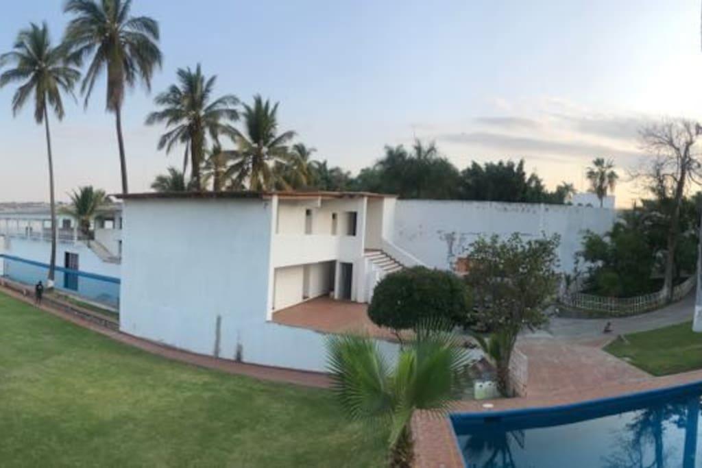 Rodeada de amplios jardines cómodas habitaciones a la orilla del paradisíaco MAR DE MORELOS te espera la tranquilidad confortable de HOSTAL AV28