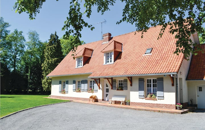 Beautiful home in Campagne les Hesdin with 4 Bedrooms and WiFi