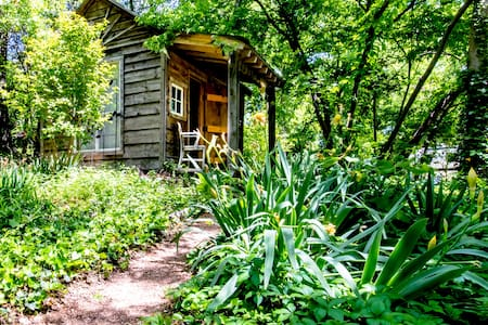 Charming Cabin Near Deep Ellum & Fair Park