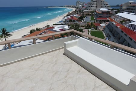 Top floor corner/king bed w/rooftops - Cancún