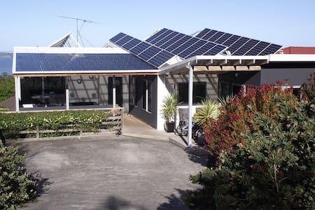 Self-contained flat - lower level of family home. - Taroona