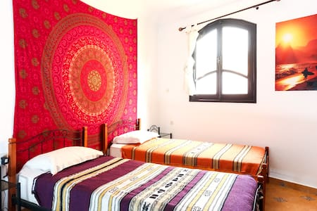 Cosy surf & yoga house twin room - Tamraght - Bed & Breakfast