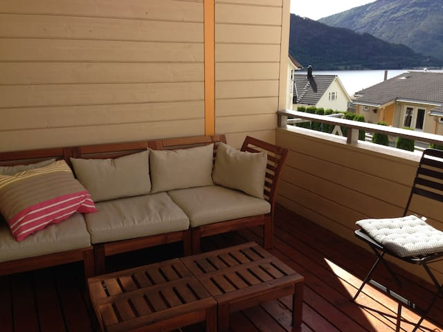 Central townhouse with fjord- and mountain view - Sogndal