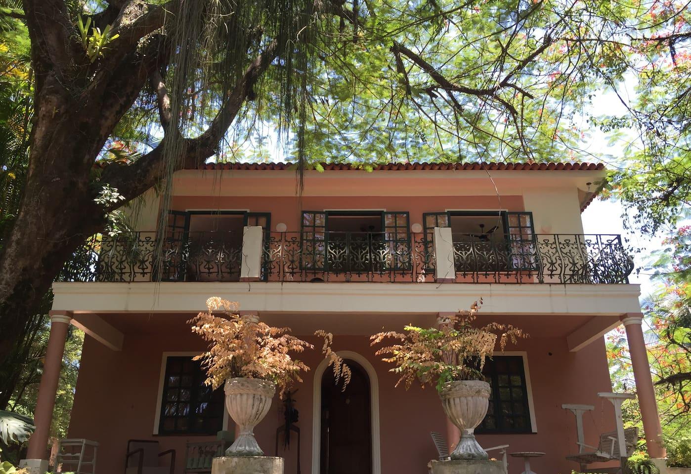 Fachada do apartamento com ampla varanda e muito verde