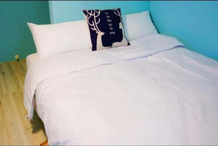 台中逢甲住宿-小資C01 室內空間大約4坪 雙人獨立套房獨立衛浴免費提供盥洗用品 洗衣間免費洗衣