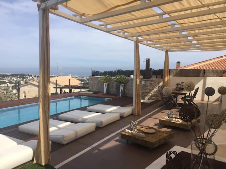 Vivienda con piscina y chill-out con vistas al mar