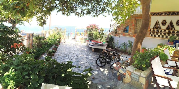 Sunny Villa next to the sea
