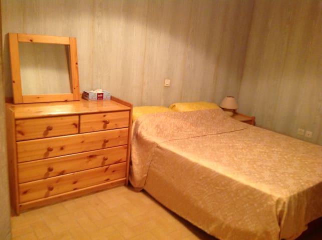 chambre 1 avec lit double, commode et table de chevet