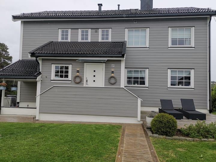 Koselig familie hus med stor skjermet hage