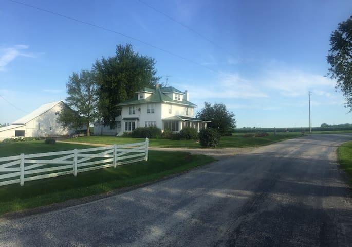 A picture perfect farmhouse near Iowa City - Iowa City - Casa