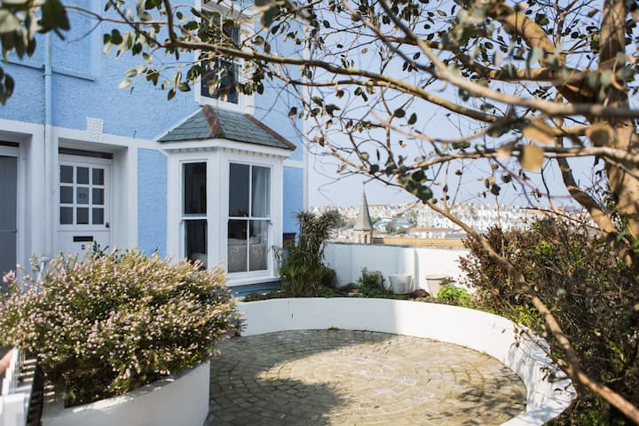 Dog friendly amazing views central St Ives cottage