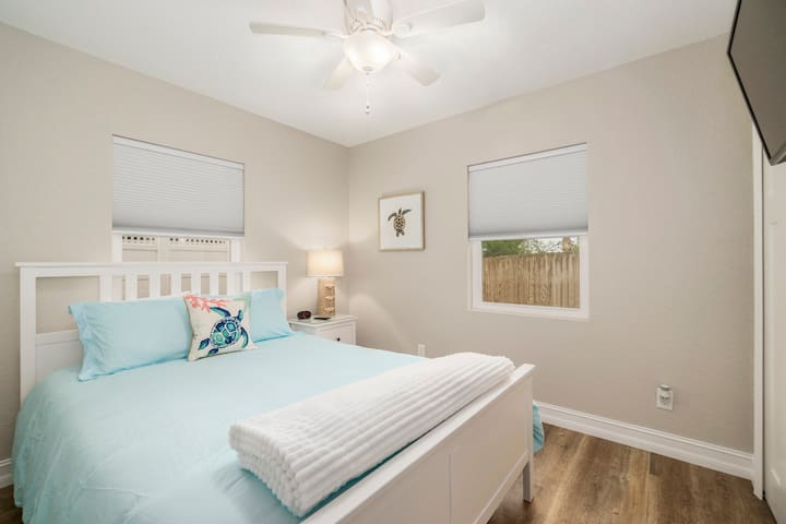 Bedroom 2 w/flat screen television