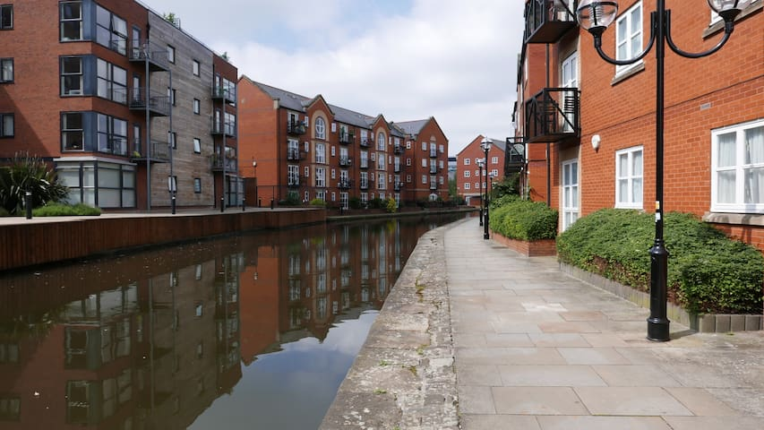 Central city centre 2 bed.Canal side with balcony