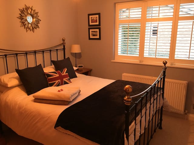 Private room in quiet location. - Thames Ditton