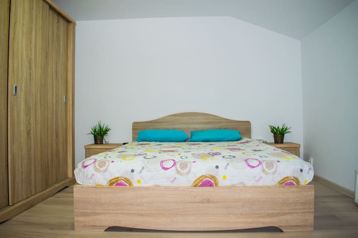 Warm people, nice house, cozy bed, close to center - Ploiești - Casa
