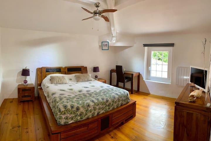 Chambre située à l'étage privatif durant votre séjour.