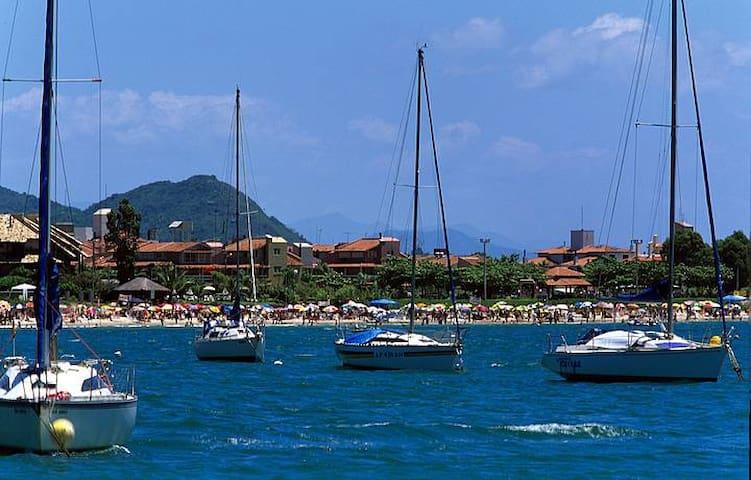A Lagoa da Conceição é uma laguna brasileira localizada a leste da Ilha de Santa Catarina, em Florianópolis. Nela possuem uma boa galera fazendo stand up, caiaque e kitesurf além de passeio de barcos! Com diversos bares, baladas e restaurantes maravilhosos