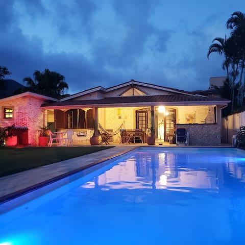 Casa em condomínio com piscina e ofurô,  lagoinha