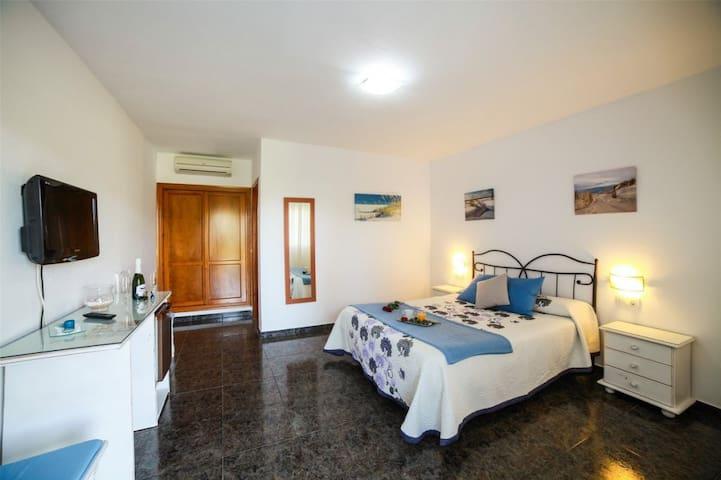 Hostal El Levante - Doble deluxe con terraza - Cama de matrimonio, baño privado - Tarifa estandar