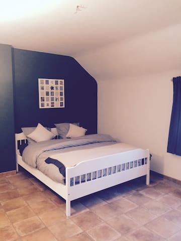 Belle chambre dans un endroit calme - Croix-lez-Rouveroy - Hus