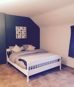 Belle chambre dans un endroit calme - Croix-lez-Rouveroy - House