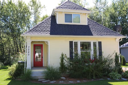 Charming Beach Cottage a block from Lake Michigan! - South Haven - House
