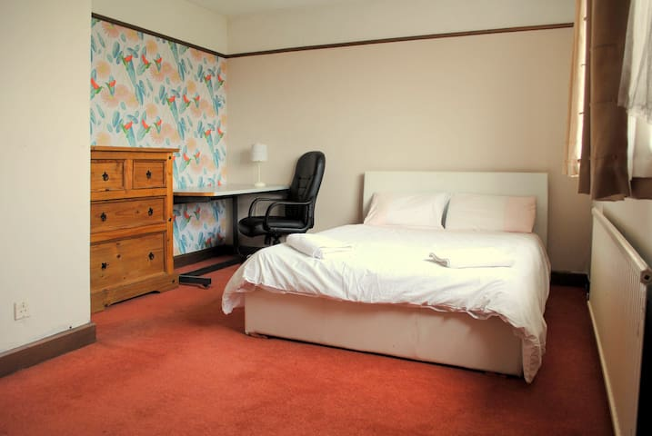 Lge Double w/bfast, Airport pickup, Tram nearby - Manchester - Huis