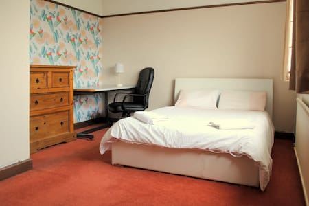 Lge Double w/bfast, Airport pickup, Tram nearby - Manchester - Haus