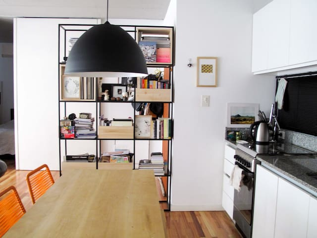 La cocina está integrada al living y comedor