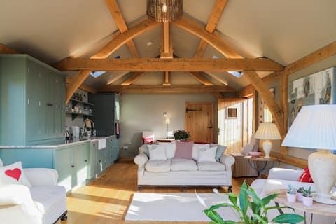 Krásná dubová stodola v klidném venkovském prostředí