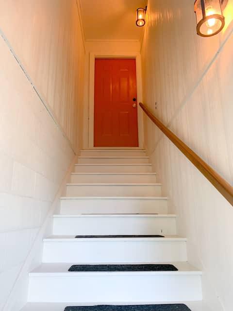 넓은 위층 로프트 스타일 아파트
