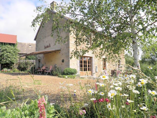 AlavalA chambres et tables d'hôtes - Saint-Priest-des-Champs - ที่พักพร้อมอาหารเช้า