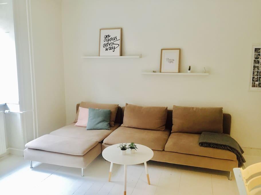 Stuen med en yderst behagelig sofa man sagtens kan sove på