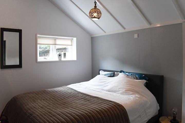 Slaapkamer met 2-persoonsbed. Bedroom with double-bed.